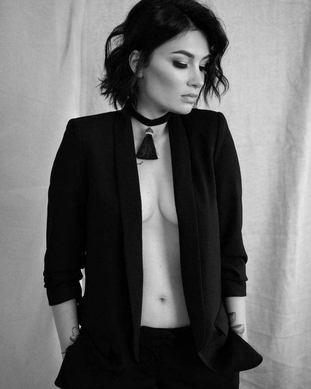 Анастасия Приходько в черном костюме с декольте