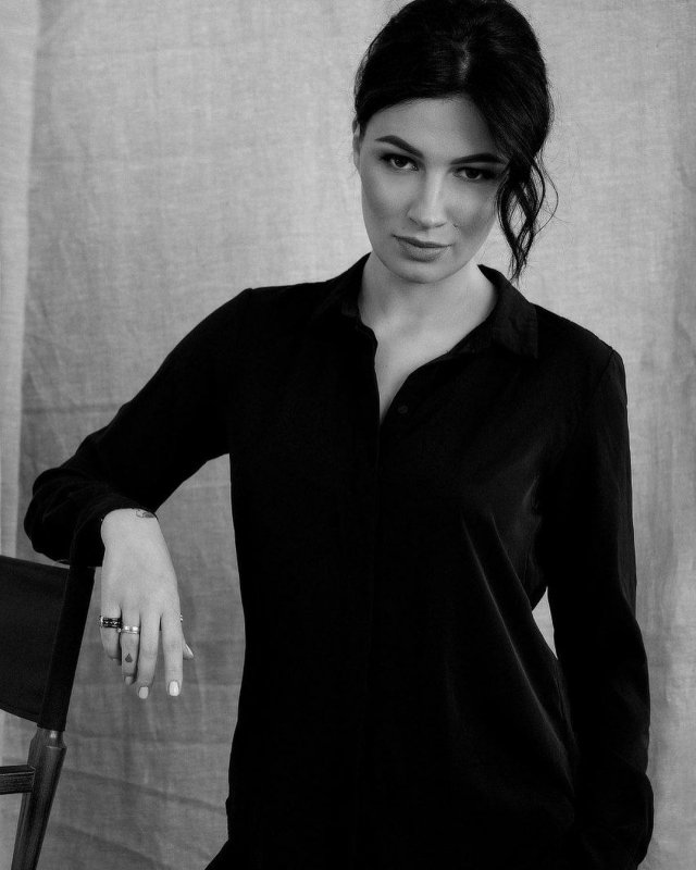 Анастасия Приходько в черной рубашке