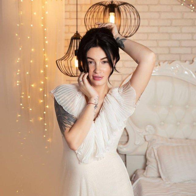 Анастасия Приходько в белом платье