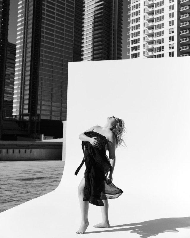 Хейли Хассельхофф в черном платье