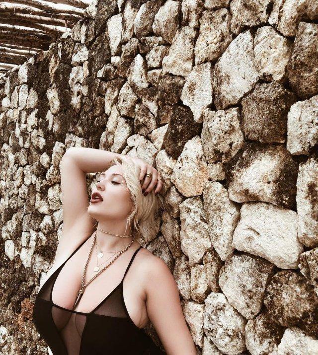 Хейли Хассельхофф в черном купальнике