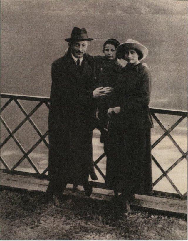 Российский революционер польского происхождения, основатель и глава ВЧК Феликс Дзержинский с женой Софьей и сыном Яном в Лугано. Швейцария, октябрь 1918 года.