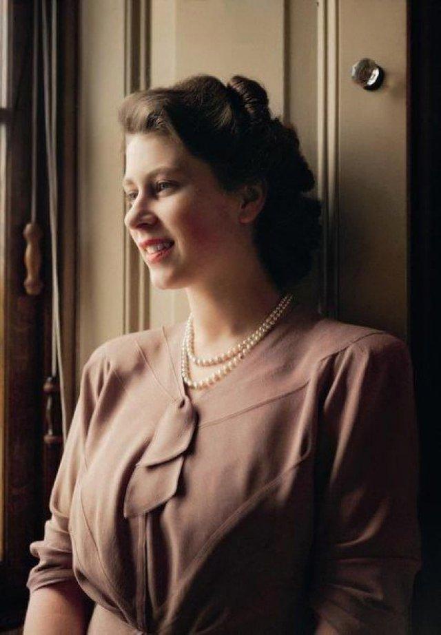 20-летняя принцесса Елизавета, в гостиной Букингемского дворца, 19 июля 1946 года.