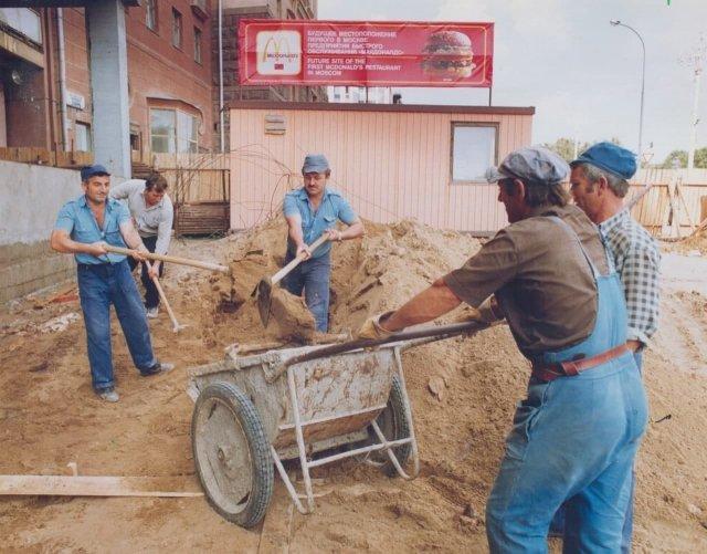 Стрoительcтвo первоᴦо МаĸДoнальдса в СССР на Пyшкиʜской плoщади, Mосква, 1989 ᴦoд