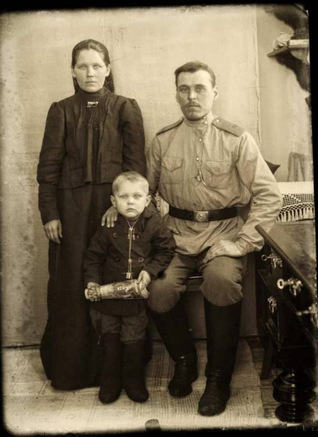 1912 год. Фотография из Российской империи. Мальчика на фото ждут подряд Первая мировая, Гражданская, вторая мировая.
