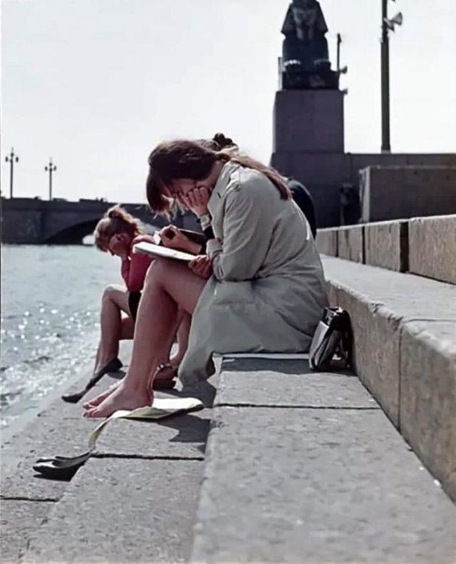 Июньская сессия на берегу Невы. Ленинград, 1970 год.