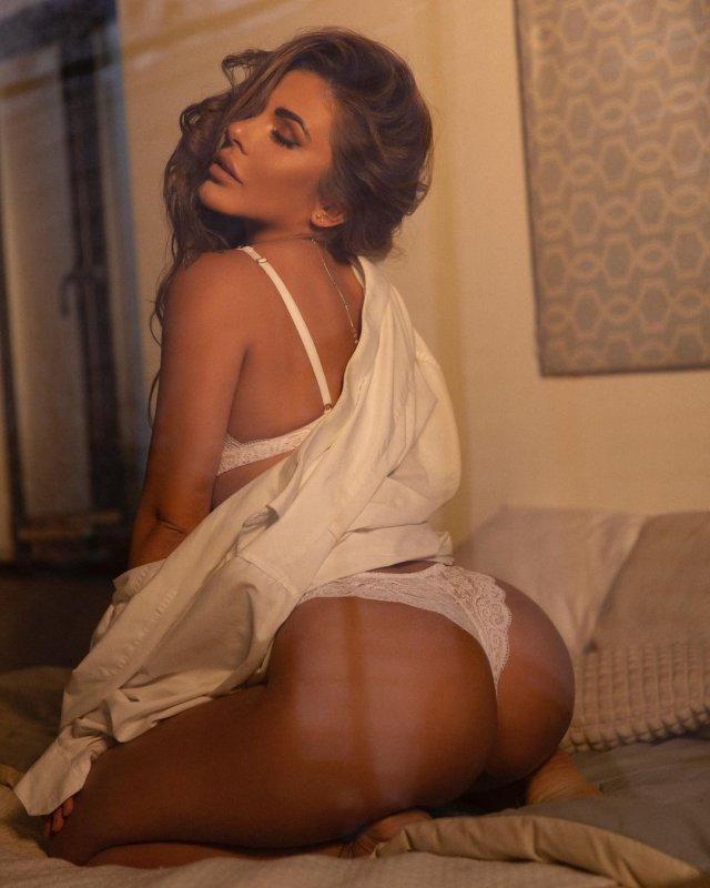Фотосессия Playboy блогера София Стужук в белой ночнушке демонстрирует ягодицы