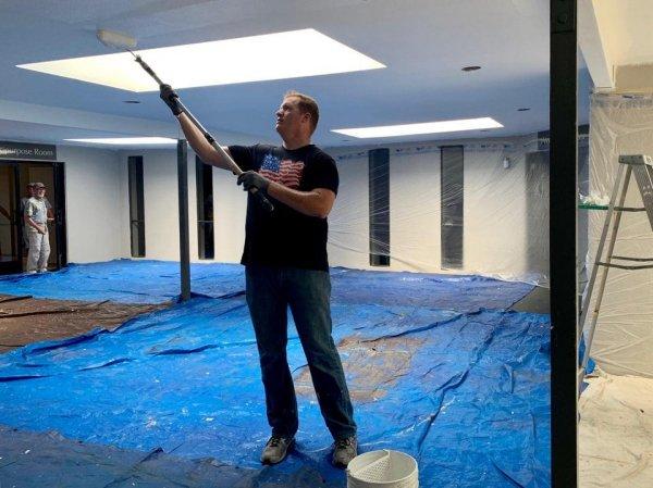 С ростом 215 см можно красить потолки без лестниц