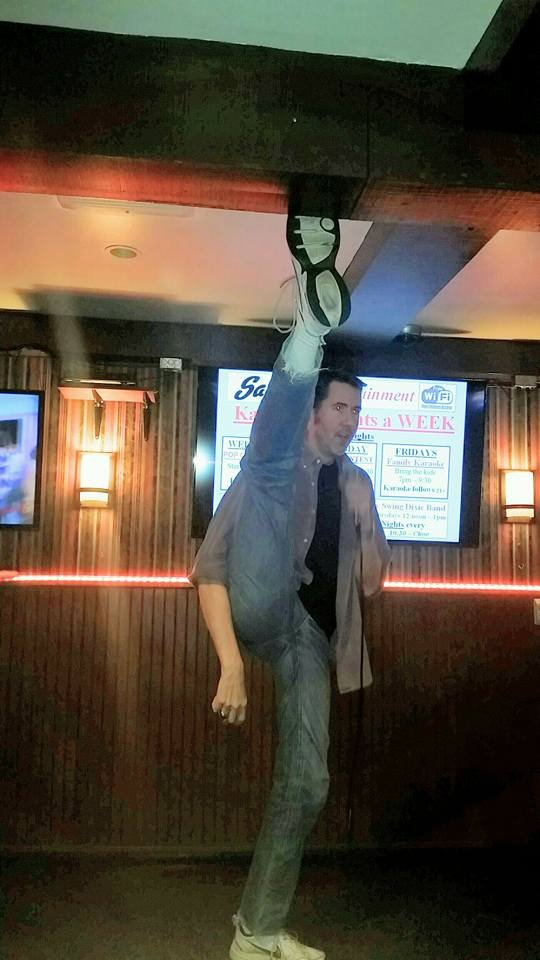 Можно достать ногой до потолка в баре