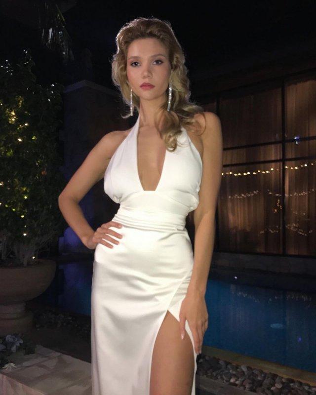 """Звезда шоу """"Холостяк"""" Кристина Романова в белом платье"""