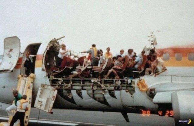 Срыв крыши у самолёта рейса 243 — хороший пример, зачем надо быть пристёгнутым в течении всего полёта. Происшествие с Boeing 737 над Кахулуи, 28 апреля 1988 года.