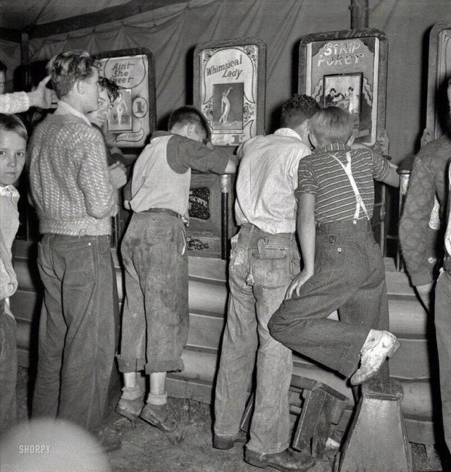 Парни за просмотром эротических фотокарточек в автоматах, 1938 год.