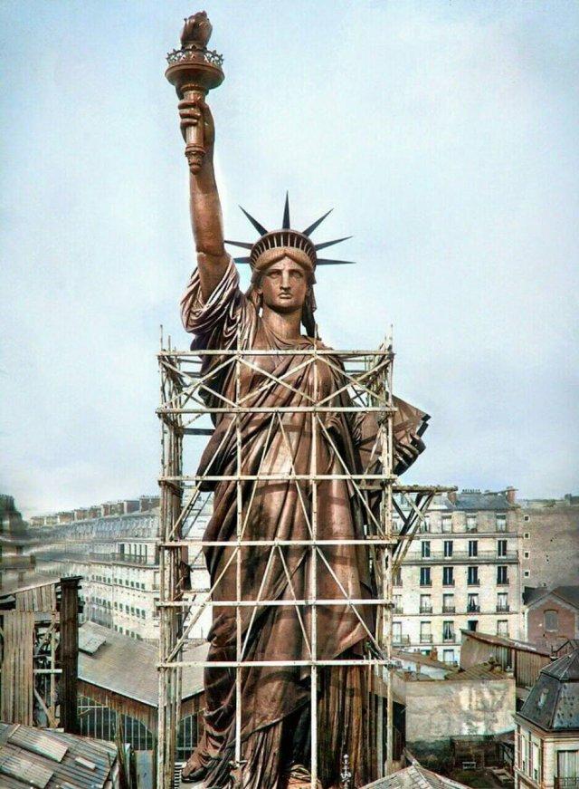 Так выглядела Статуя свободы в Париже в 1886 г., до ее перевоза в США и покрытия зеленой патиной от окисления.