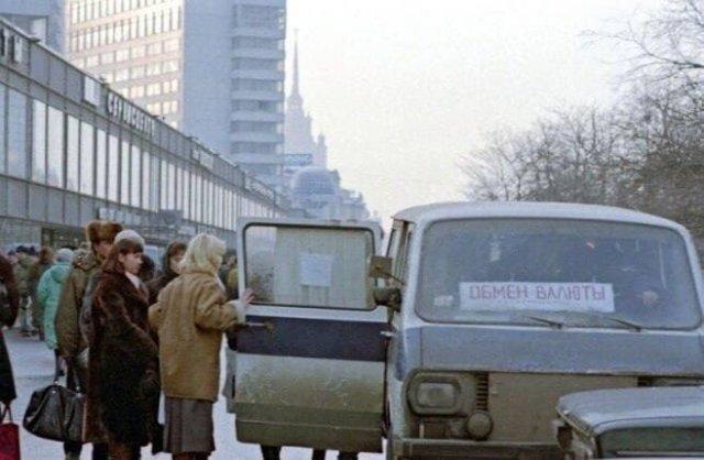 Передвижной пункт обмена валюты на проспекте Калинина (сейчас улица Новый Арбат), 1993 год, Москва