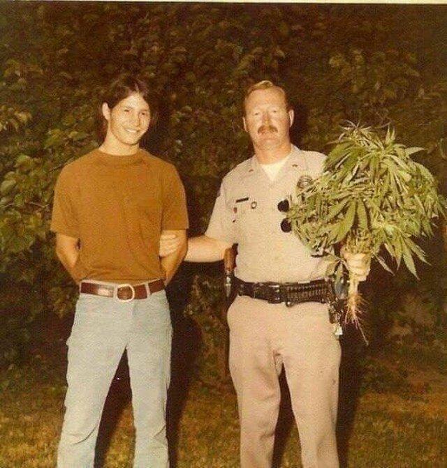 Агроном-любитель выиграл конкурс и ждет вручение приза, Калифорния, 1975 год.