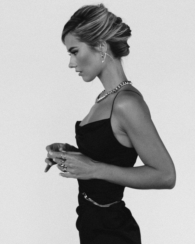 Юлия Паршута в черном платье