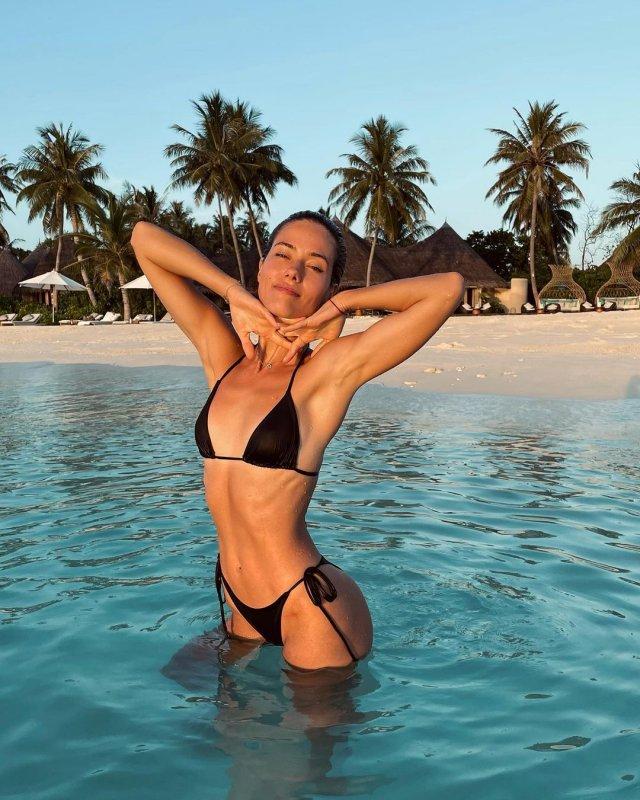 Юлия Паршута в черном купальнике