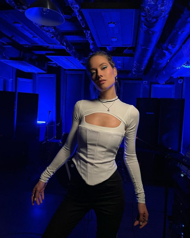 Юлия Паршута в белой кофте