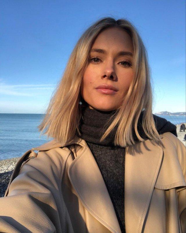 Юлия Паршута в сером бадлоне и пальто