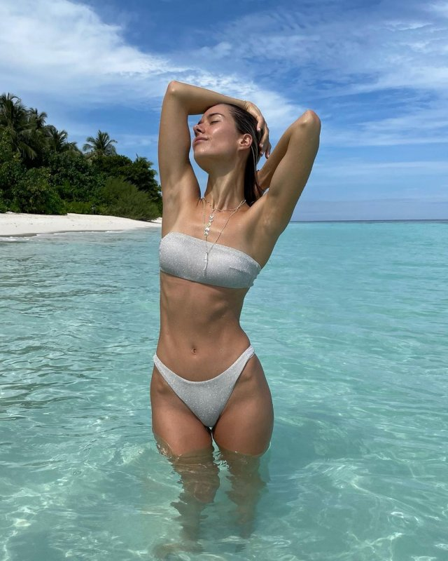 Юлия Паршута в белом купальнике