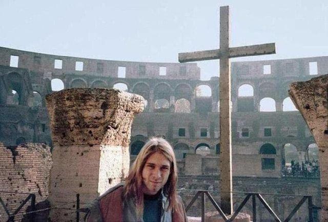 22-летний Курт Кобейн на фоне Колизея в Риме, 1989 год.