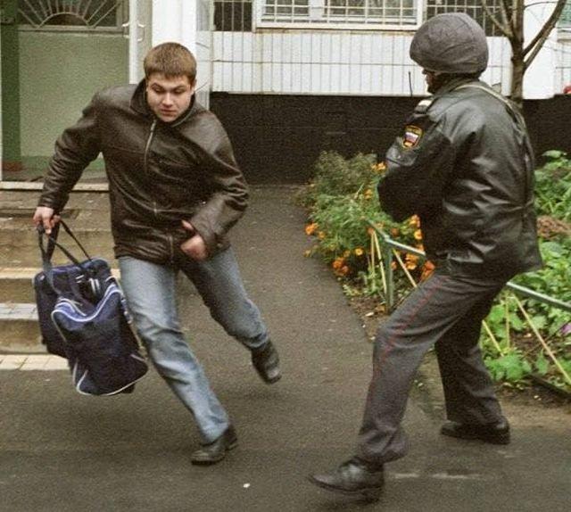 Милиционер нерасторопно пытается задержать преступника
