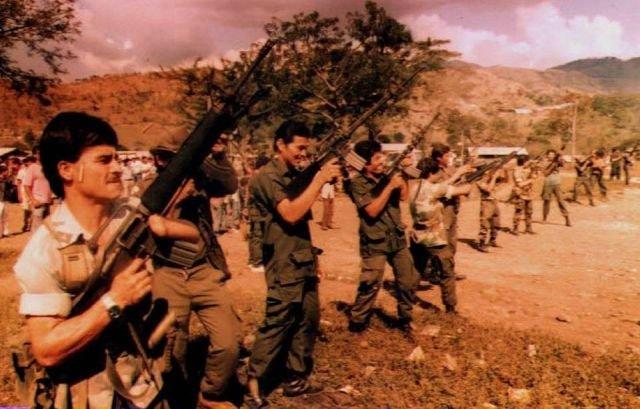 Сальвадорские партизаны разряжают оружие