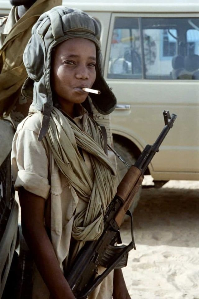 Молодой боец на перекуре после изгнания ливийских войск из пограничного городка