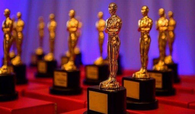 Золотые статуэтки Оскара.