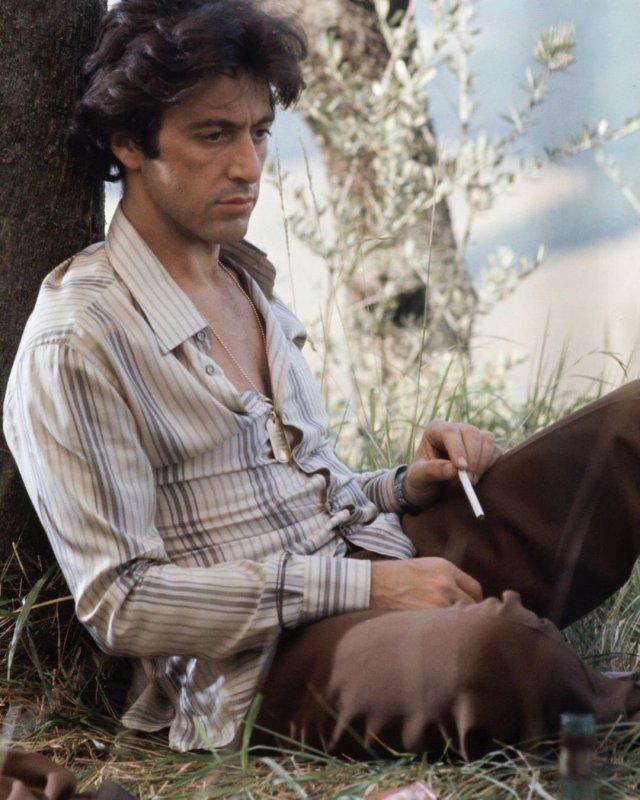 Аль Пачино в белой рубашке в полоску и черных штанах