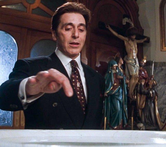 Аль Пачино в черном костюме и коричневом галстуке