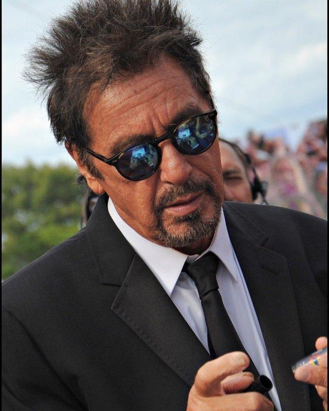 Аль Пачино в черном пиджаке и галстуке и очках