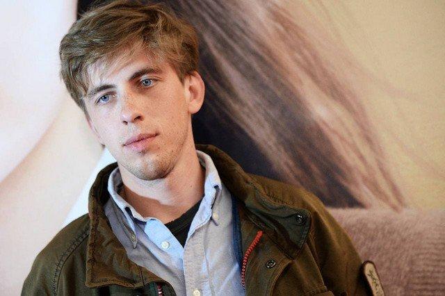 Актер Александр Паль в коричневой куртке и рубашке