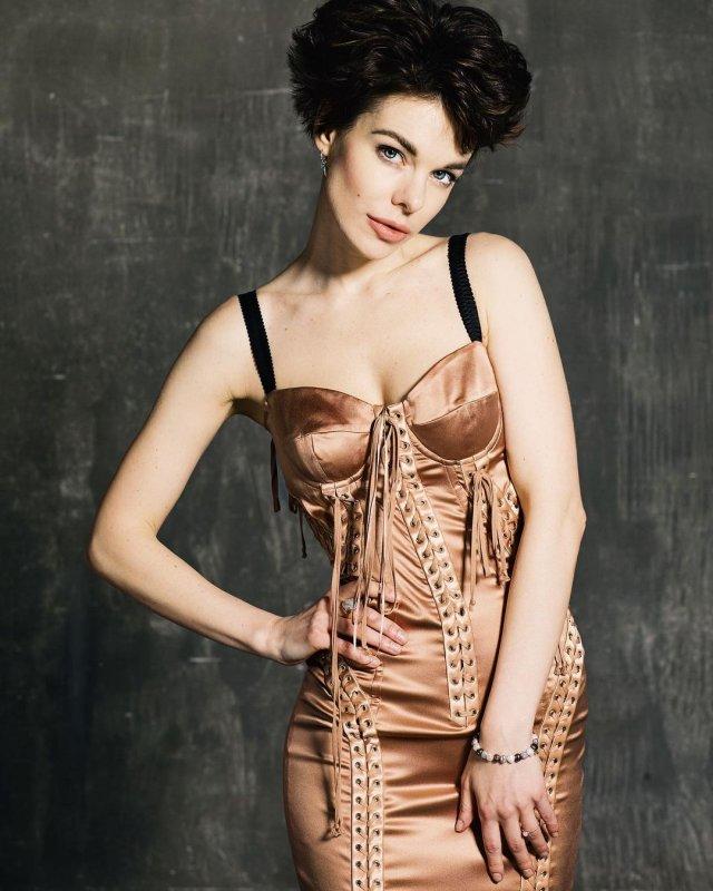 Анна Старшенбаум в золотом платье