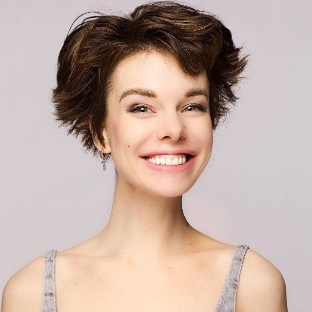 Анна Старшенбаум улыбается. лицо крупно