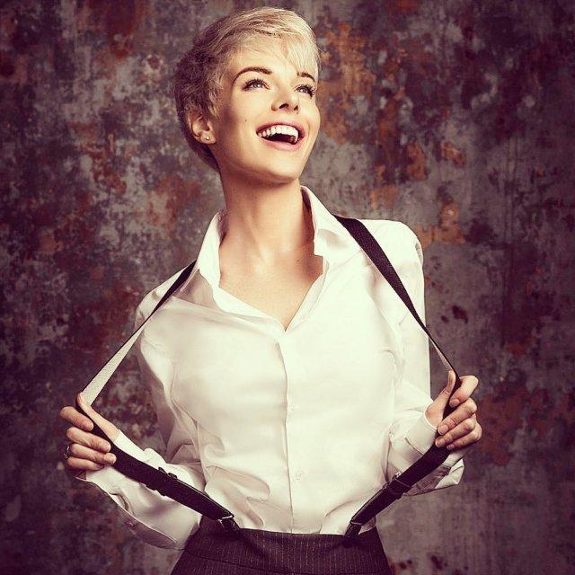 Анна Старшенбаум в белой рубашке и подтяжках