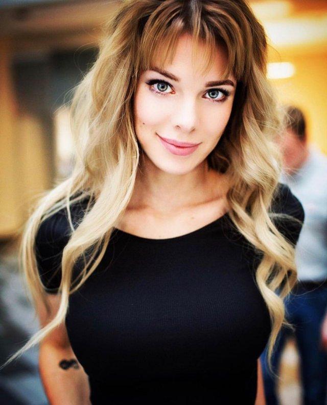 Анна Старшенбаум в черной кофте