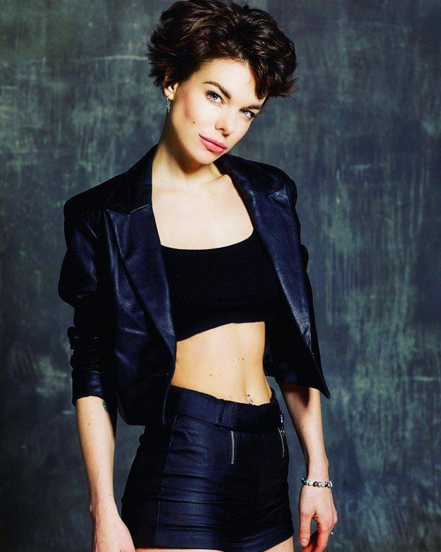 Анна Старшенбаум в черном топе и кожаной куртке