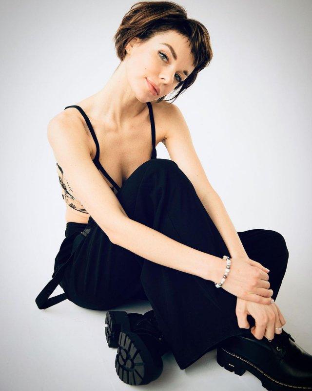 Анна Старшенбаум в лифчике и черных штанах