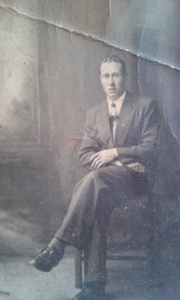Мой дедушка шикарно выглядел в 1942 году. Здесь ему 18 лет