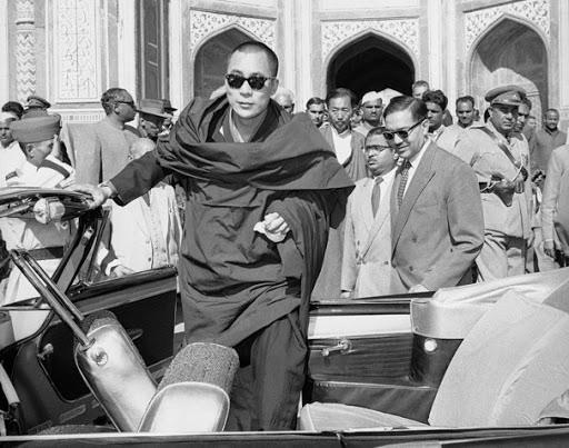 Далай-лама в возрасте 23 лет прибывает в Индию