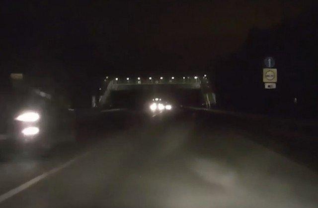 Пешеходный мост рухнул под Екатеринбургом