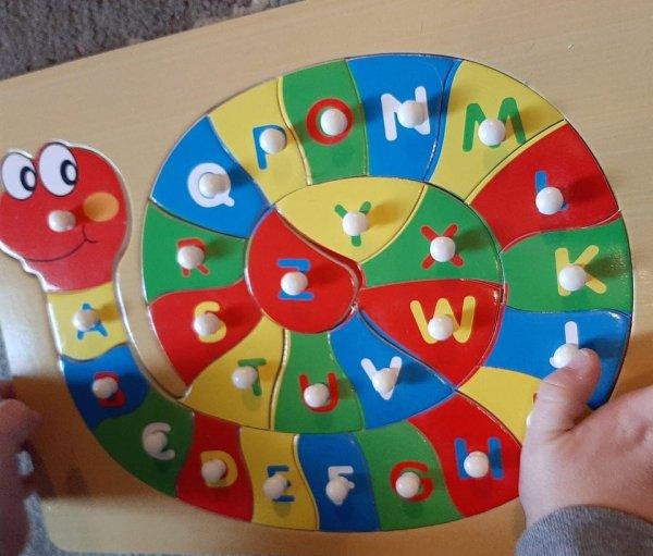 На игрушечном алфавите не видно букв