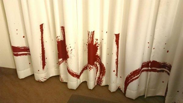 Нет, это не место убийства, просто дизайнерские шторы