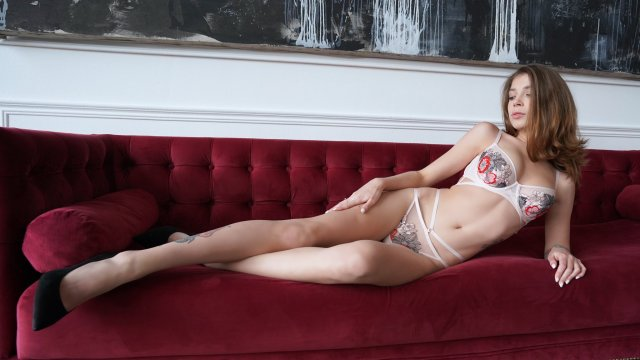 Порноактриса Mihanika69 в нижнем белье на диване