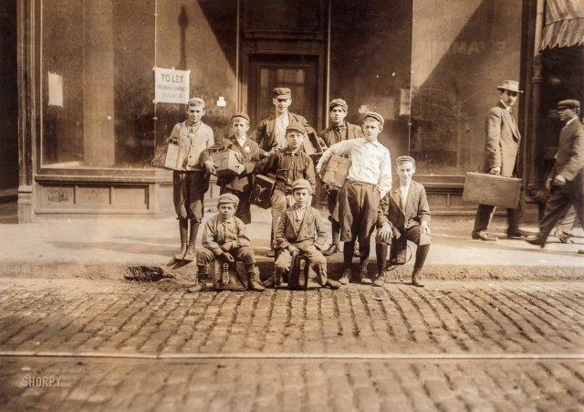 Группа чистильщиков обуви на Боудойн-сквер (популярная работа для несовершеннолетних). Бостон, Массачусетс. Октябрь 1909 года.