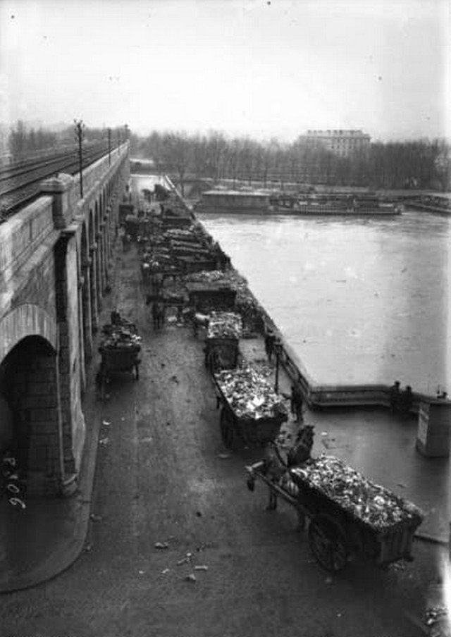 Сброс городского мусора в реку Сену, Париж, 1910 г.