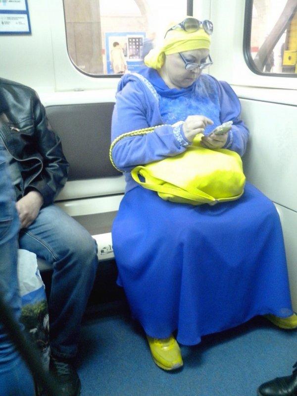 женщина в сине-жёлтой одежде
