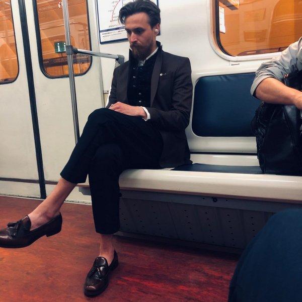 мужчина в коротких штанах