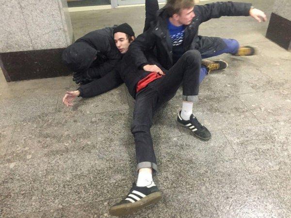 парни на полу